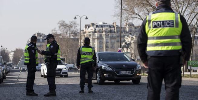 Controles policiales en las calles de París.