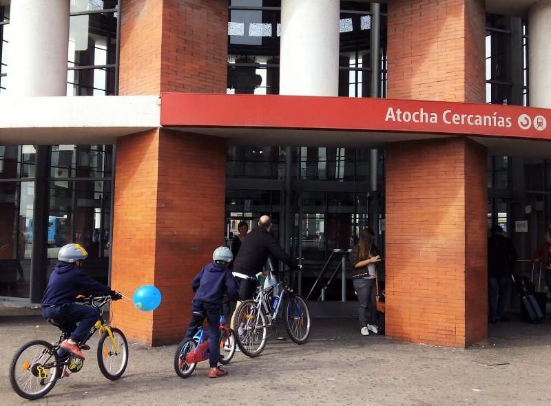 Idealización de la movilidad futura: transporte público y bicicleta.